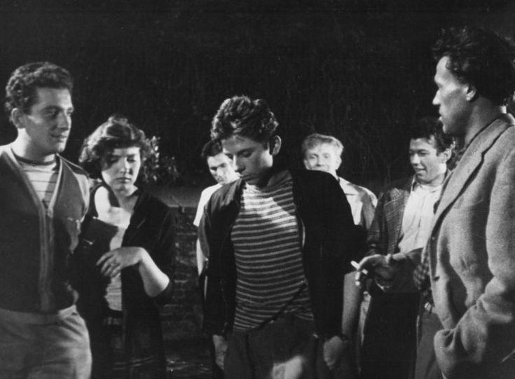 """Koniec Nocy - 1956 / Podziw jednego ze scenarzystów, Marka Hłaski, wzbudził """"chłopiec szczupły i nerwowy, który w filmie """"Koniec nocy"""" grał małą epizodyczną rolę; nie będąc aktorem, a tylko studentem wydziału reżyserii, kładł jak chciał wszystkich studentów Szkoły Aktorskiej, którzy grali w tym filmie. Nie grał: po prostu był. Kiedy wchodził """"w kadr"""", wiedziało się, iż coś się zaczyna"""". Tak pisał w """"Pięknych dwudziestoletnich"""" o Romanie Polańskim."""