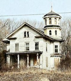 Abandoned house in Saybrook, CT - that gorgeous places like this get abandoned when cheap cookie cutter houses are being built every day deeply saddens me... This is perfect! I want this house!!!