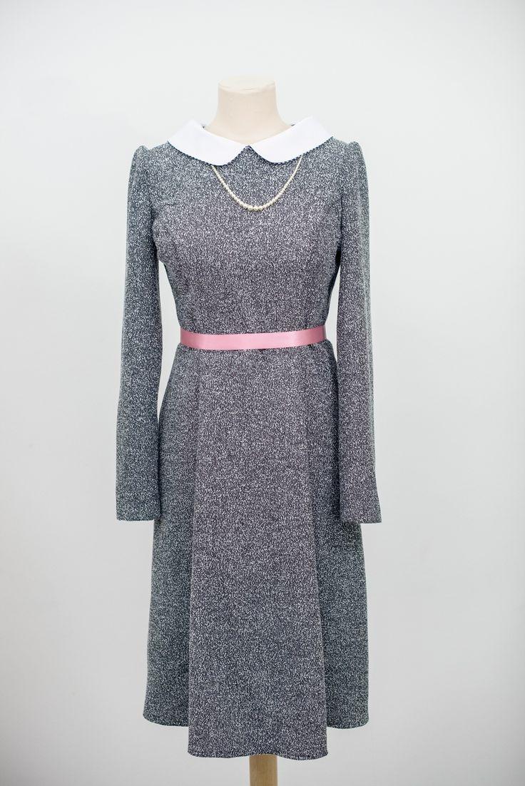 Zimní tvídové šaty Vypasované šaty z tvídu /viskoza a polyester/, rozšířená sukně se záhyby, dlouhý úzký rukáv, vzadu zip. Do výstřihu je možné dát položený bílý límec. Délka sukně ke kolenům /samozřejmě lze upravit/. Velikost 38, na přání je možné ušít i jinou velikost.