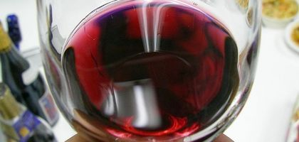"""Breakdown of sweet red wines...  Sweet red wines tend to get a bad rap. Wine critics often see them as being insufficiently """"serious"""" or complex. The public often associates sweet red wines with cut-rate, poor-tasting wines, such as the Carlo Rossi muscatels. However, some sweet red wines can be delicious. There are four main groups of sweet red wines: """"straw"""" wines, fortified wines, sparkling wines and young wines. """"Straw"""" wines are wines which have been made from dried grapes; the drying…"""