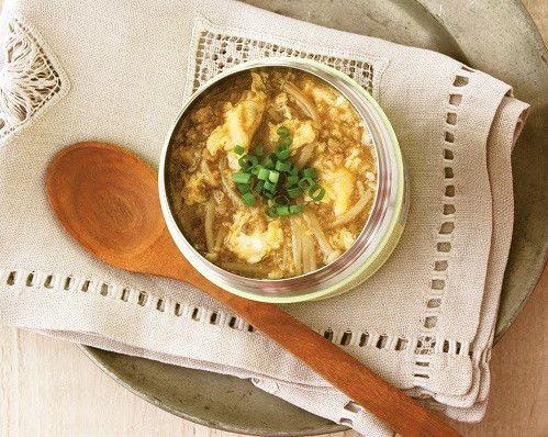 かきたまカレースープ    体の芯からポカポカ温まりたい日に。スープジャー活用レシピをご紹介! マキアオンライン    材料 (1人分) 鶏ひき肉 50g えのきだけ(ざく切り) 50g 水溶き片栗粉 小さじ1.5+水小さじ1.5 卵 1個 ■ ■ A かつおだし 250ml カレー粉 小さじ2 しょうゆ 大さじ1 ■ 万能ねぎ(小口切り) 3本分 作り方 1 スープジャーに熱湯を注いでフタをし、温める。 2 小鍋にA、鶏ひき肉、えのきだけを入れて火にかけ、煮立ったらアクを取る。 3 水溶き片栗粉でとろみをつけ、溶き卵を加える。 4 湯を捨てたスープジャーに①を加え、万能ねぎ加え、フタをして1時間置く。