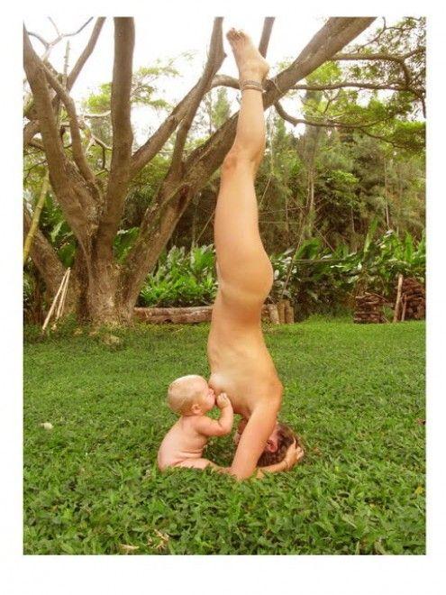 Nel 2011 la foto della donna che allattava la bambina mentre faceva yoga, nuda, fece il giro del web. A distanza di due anni Amy, identificata dalla rete come ''mamma yoga'', risponde a chi ha dubitato della originalità dello scatto che tanto fece discutere (foto sopra). Lo fa rilasciando via