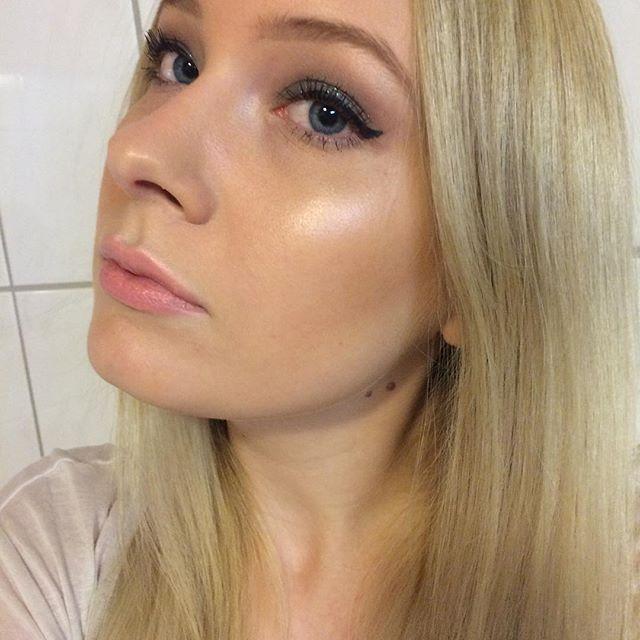 Green glitter eyes and coral lips! ✨• by Marlena   products: face: Mac Studio fix fluid Nc15, Urban Decay  concealer, Urban Decay Setting Spray, Mac Blush Harmony, Mac Lightscapade. eyes: Urban Decay Naked 2 & Vice, L'oreal 4D Mascara. lips: Mac Coral Bliss. brushes: Zoeva. #highlightonfleek #blondegirl #instabeauty #maccosmetics #urbandecay