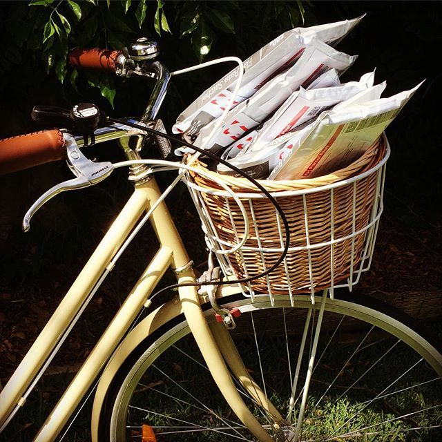 普段乗っているタイプの自転車は、カゴの部分が黒一色の金網や、金属のワイヤーで作られていることが多いですよね。カゴをナチュラルな籐のバスケットに交換するだけで、普通のママチャリが海外の映画に出てくるような自転車に変身するんですよ♪網目の大きいワイヤーよりも目がつまるので、隙間から物が落ちなくもなる実用的な効果もあります。自転車にナチュラルで可愛いバスケットに取り付けて、おしゃれにリメイクしましょう。