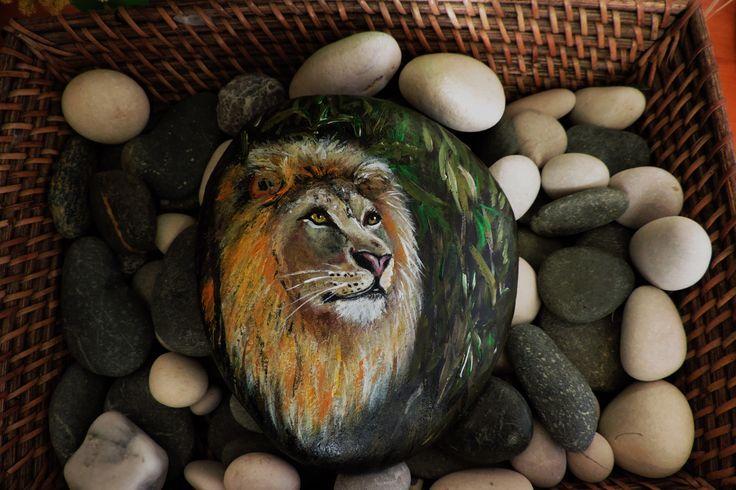 Лев на камне(роспись камня акриловыми красками)