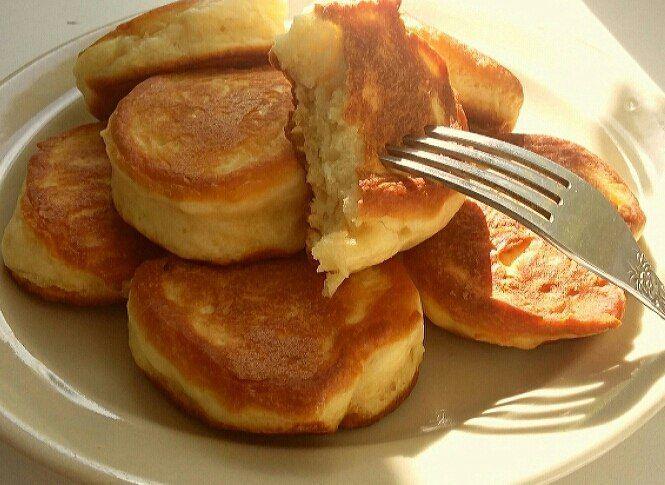 ПЫШНЫЕ ОЛАДЬИ НА КЕФИРЕ без яиц     Ингредиенты:     кефир - 300 мл;   мука пшеничная - 350 г;   сода - 1 ч. л.;   лимон - 1 шт. (по желанию);   сахар - 5-6 ст. л.;   соль   Приготовление:     В кефир добавить соду, перемешать и оставить на несколько минут. Добавить сахар, соль и сок лимона (можно добавить цедру). Затем добавляем просеянную муку и тщательно перемешиваем.    Выкладывать по 1 столовой ложке теста на хорошо разогретую сковороду . Выпекать оладьи до золотистого цвета с двух…