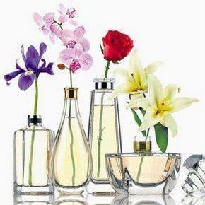 frascos de perfumes vasios e uma linda decoração