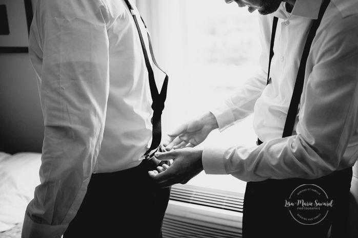 Groom preparation getting ready in hotel room with groomsmen. Putting suspenders tie bowtie shoes on. Mariage champêtre extérieur rustique chic DIY hôtel Georgesville Saint-Georges de Beauce |Lisa-Marie Savard Photographie |Montréal, Québec |www.lisamariesavard.com