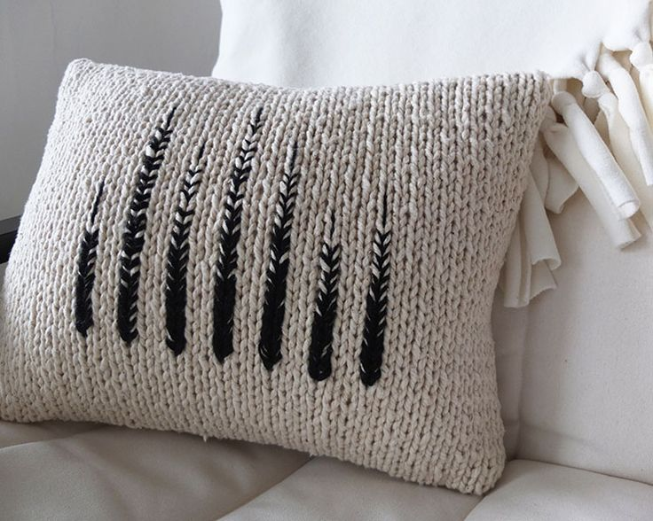 craftic:  So many possibilities and it's a quick project too! (via Tracing Threads: Monochrome Knit Pillow)  http://tracingthreads.com/monochrome-knit-pillow/#.U-vePfmSxC5