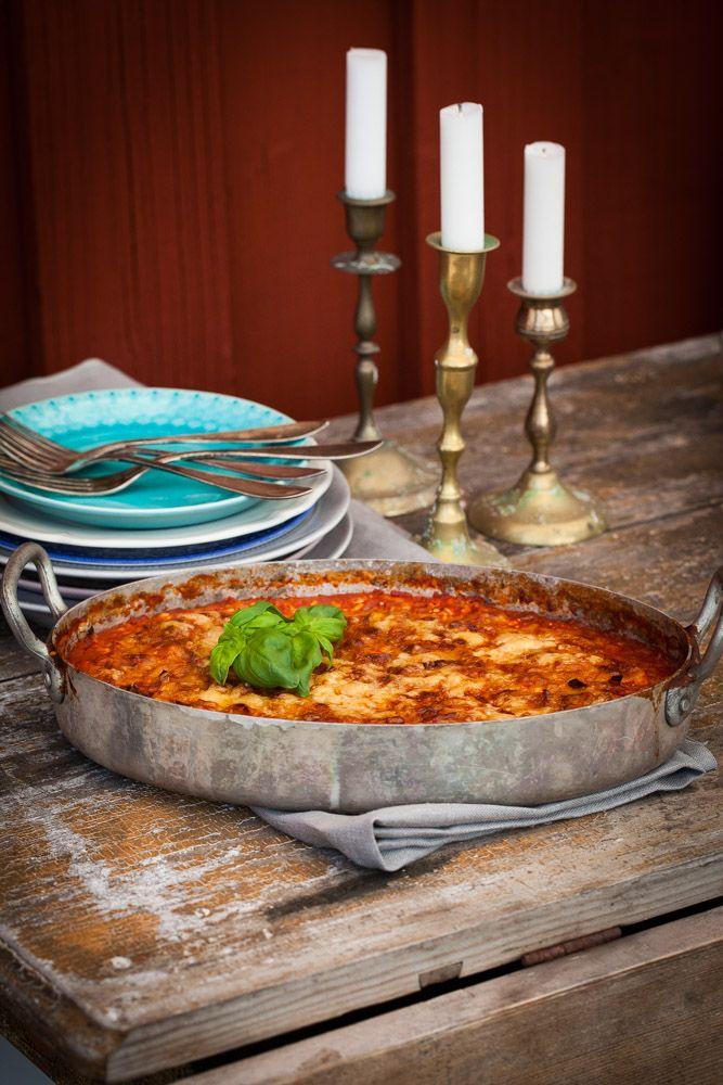 [ Vegetarisk lasagne ] 10 cm purjo / 2 vitlöksklyftor / 1 msk tomatpuré / 1 msk paprikapulver / 1 fp krossade tomater / 1 fp linser (färdiga) / 3 dl mjölk el grönsaksbuljong / stor burk keso / persilja / salt, peppar / 1 fp färsk lasagne el bönpasta / 3 dl riven smakrik ost | Fräs purjo, finhackad vitlök i smör. + tomatpuré, paprikap. Fräs. + krossade tomater, linser, mjölk el grönsaksbuljong. Koka. + keso, finhackad persilja, salt, peppar. Varva pasta, kesoröra. Strö ost, 225° ca 30 min.
