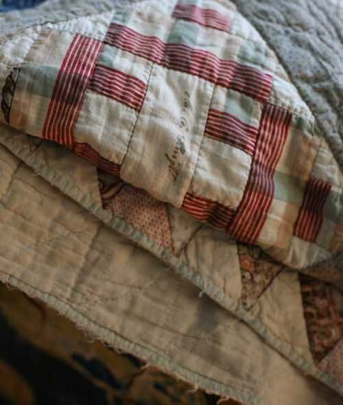 old & cosySewing Quilt, Cabin, Vintage Quilts, Antiques Quilt, Quilty Things, Prim Quilt, Beautiful Quilt, Ana Rosa, Cozy Quilt