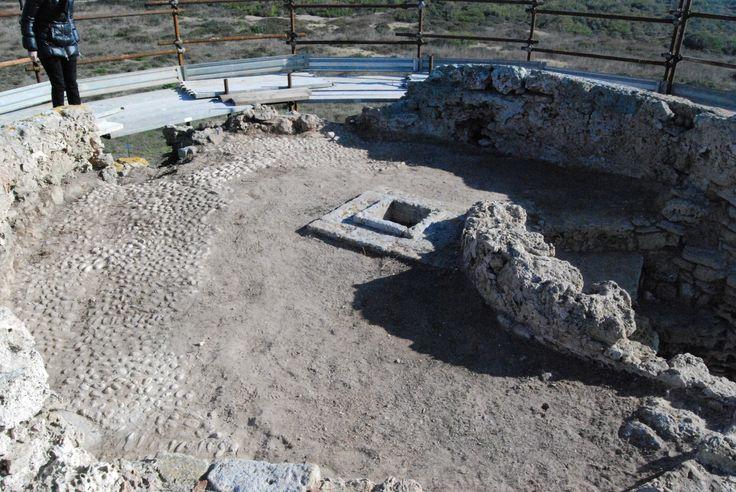 Torre di  Capo Mannu. Ritrovamento di parte della pavimentazione originaria dopo la pulizia della piazza d'armi.