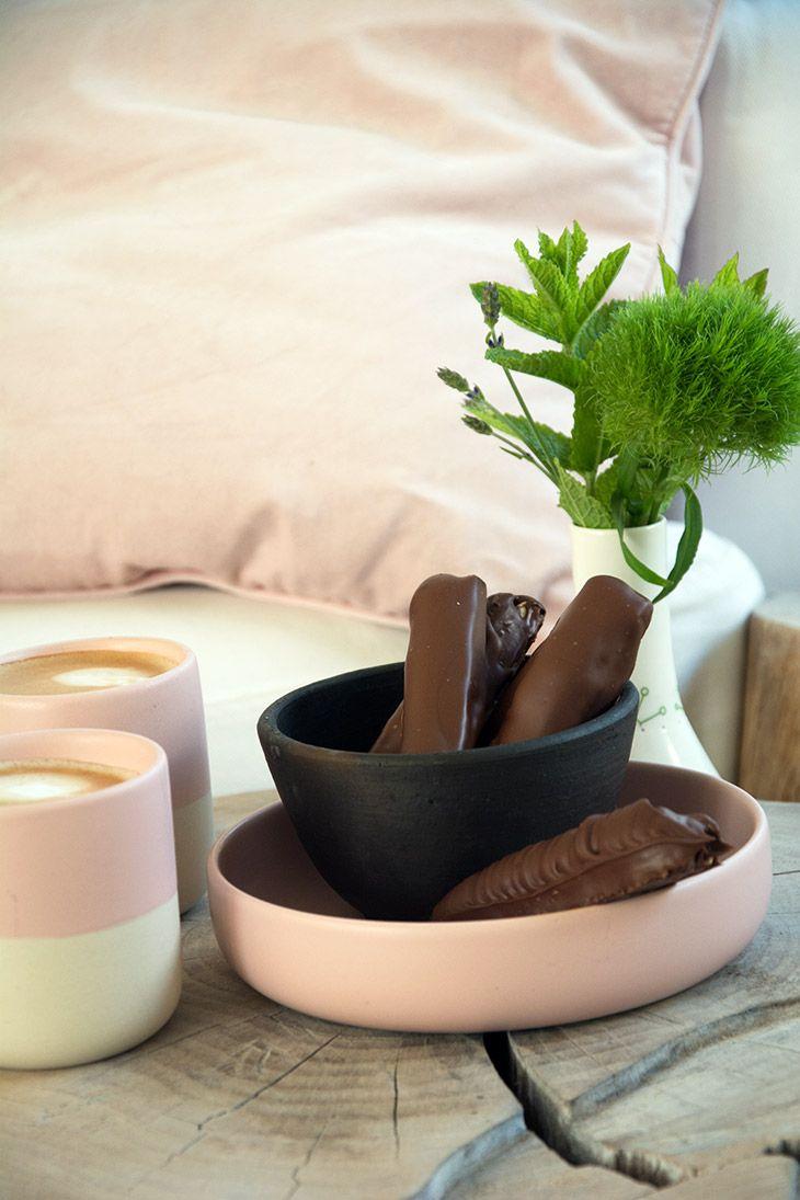 Hjemmelavet twix med sprød kiks og sød lækker karamel - overtrukket med et tykt lag chokolade og lige til at nyde - få opskriften her