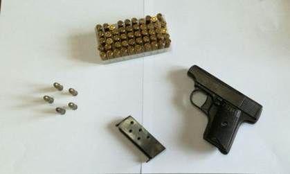 Ragazza di 29 anni trovata in possesso di proiettili e pistola: arrestata a cura di Redazione - http://www.vivicasagiove.it/notizie/ragazza-29-anni-trovata-possesso-proiettili-pistola-arrestata/