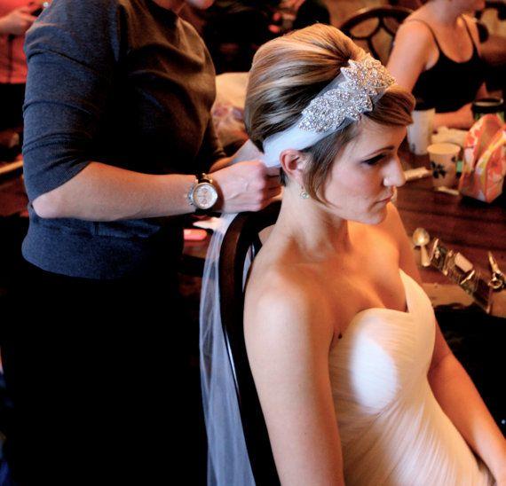 La diadema de novia BONNIE características elegante marfil de tul adornado con brillantes cristales checos en un diseño de la hoja. Lazo de la diadema de BONNIE en muchos diversos estilos. Perfecto para usar en lugar de un velo de la novia.