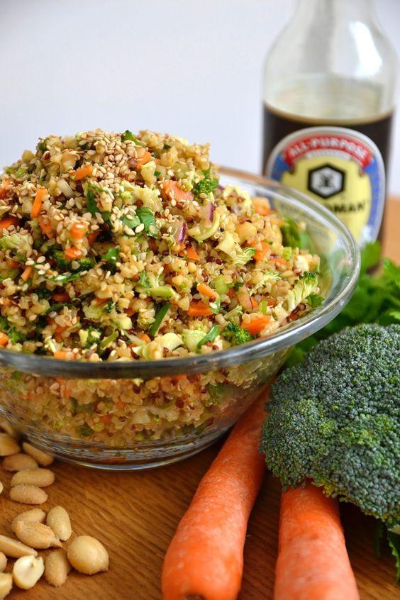 Encore du taboulé, oui, mais autrement cette fois-ci. Une base de quinoa, des carottes, du brocoli, des oignons, des cacahuètes et d...