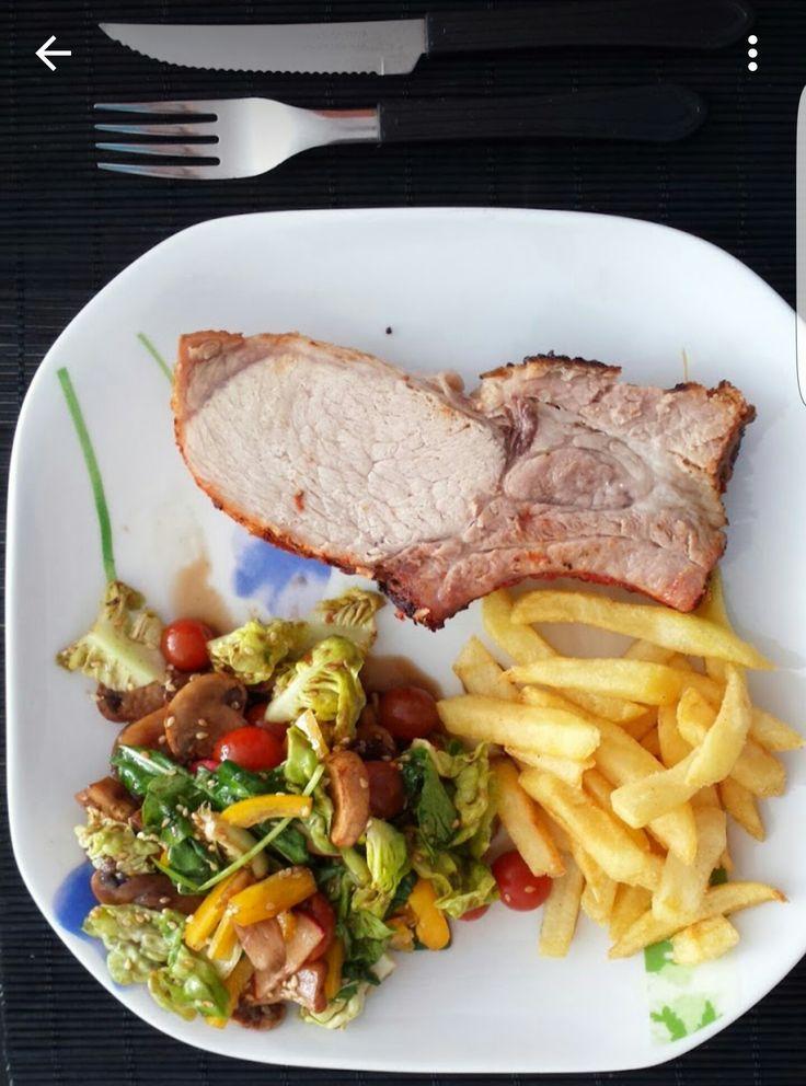 Codo de cerdo en cocción lenta, ensalada de lechuga, pimentón, cherrys y ajonjolí y papas a la francesa