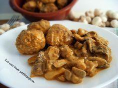 Le polpette alla boscaiola sono un secondo piatto gustosissimo e saporito, a base di polpette di vitello insaporite in un sugo cremoso preparato con funghi.