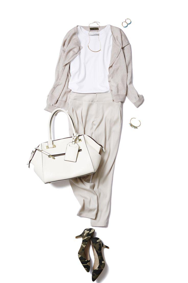 旬のタックパンツはニュアンスカラーで、ONもOFFもゆるっと着こなす。 ― A