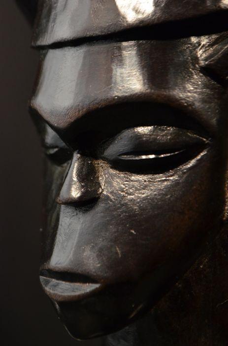 Ceremoniële palmwijn cup (Mbwoongntey) - KUBA - D.R. Congo (NO RESERVE!!!)  Stam: KubaOorsprong: D.R. CongoGeschatte leeftijd: Mid-latere 20e eeuwMaterialen: houtAfmetingen (HxBxD): 18 x 12 x 13 cmDit is een mooie prestige cup van de Kuba mensen. De symmetrie van het gezicht en zoals de coiffure en de rand van de cup zijn uitbundig versierd met Kuba patronen maken dit stuk erg aantrekkelijk. Er zijn een paar kleine stabile scheuren maar ik zie niet dat deze deze beker minder wenselijk…