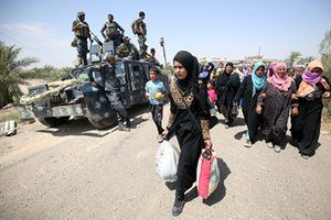 Families flee the city of Fallujah with the help of Iraqi forces