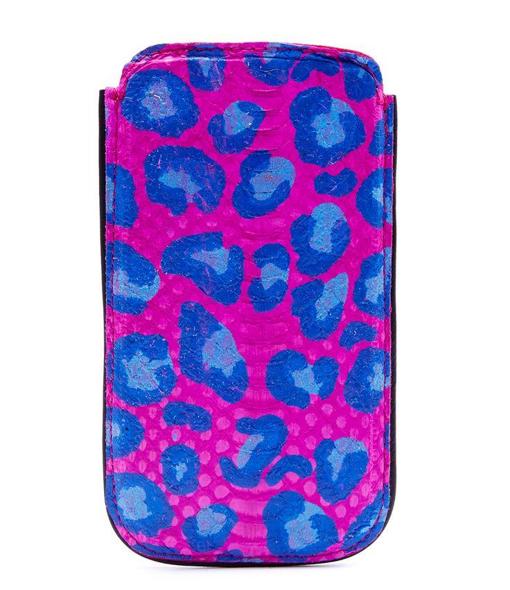 Fabienne Chapot iPhone 5 cover van fuchsia leer met een blauwe panter print (€29,95)
