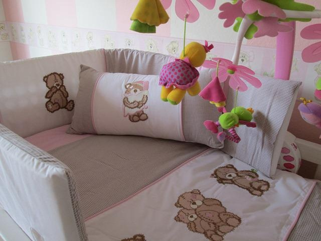 Scruffy bear quilt set - pink & white  100% cotton chambray with beautiful embroidery.  Bale set consists of:  Cot bumper Quilt Fitted sheet (large cot) Mini scatter cushion Change mat 2 change mat covers  Contact us for prices and shipping terms  We delivery nationwide within SA!!!