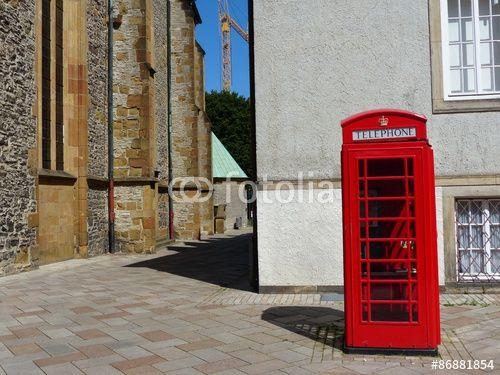 Superb Rote englische Telefonzelle in der Innenstadt von Bielefeld im Teutoburger Wald in Ostwestfalen Lippe