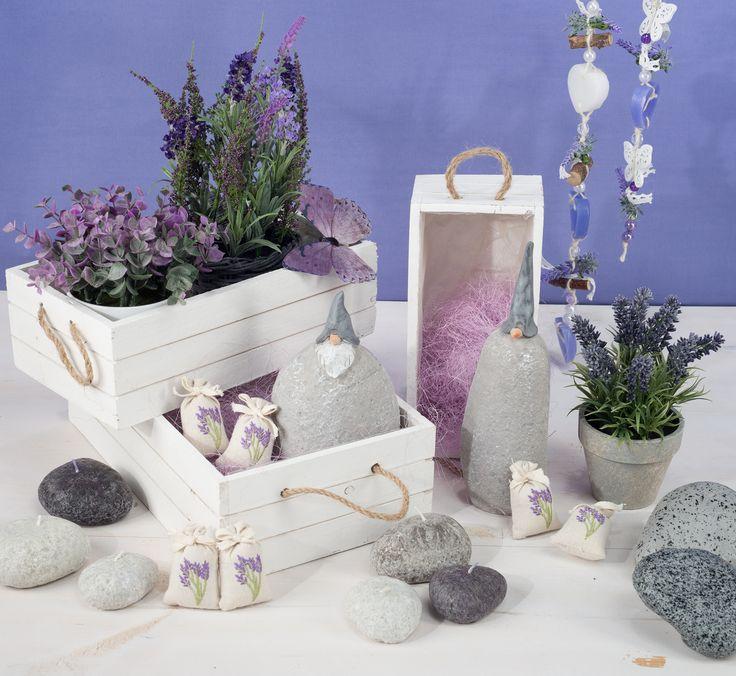 Deko mit #Lavendel - #Duftsäckchen , weiße #Holzkisten , Dekosteine und Duft-Wachshänger