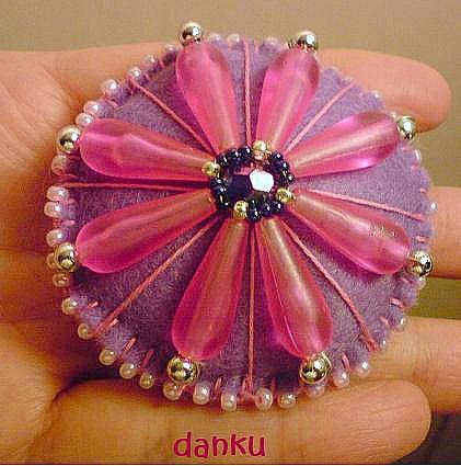 Brož z plsti, plastových korálků a perliček, sladěná do růžové a fialové barvy. Velikost: 6 cm