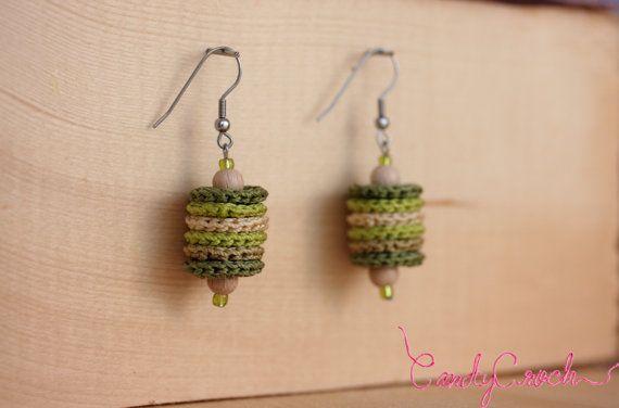 Boucles d'oreilles textiles dans les tons vert, Pile d'anneaux au crochet, Boucles en acier chirurgical, Boucles délicates fantaisie hippie - Par CandyCroch'