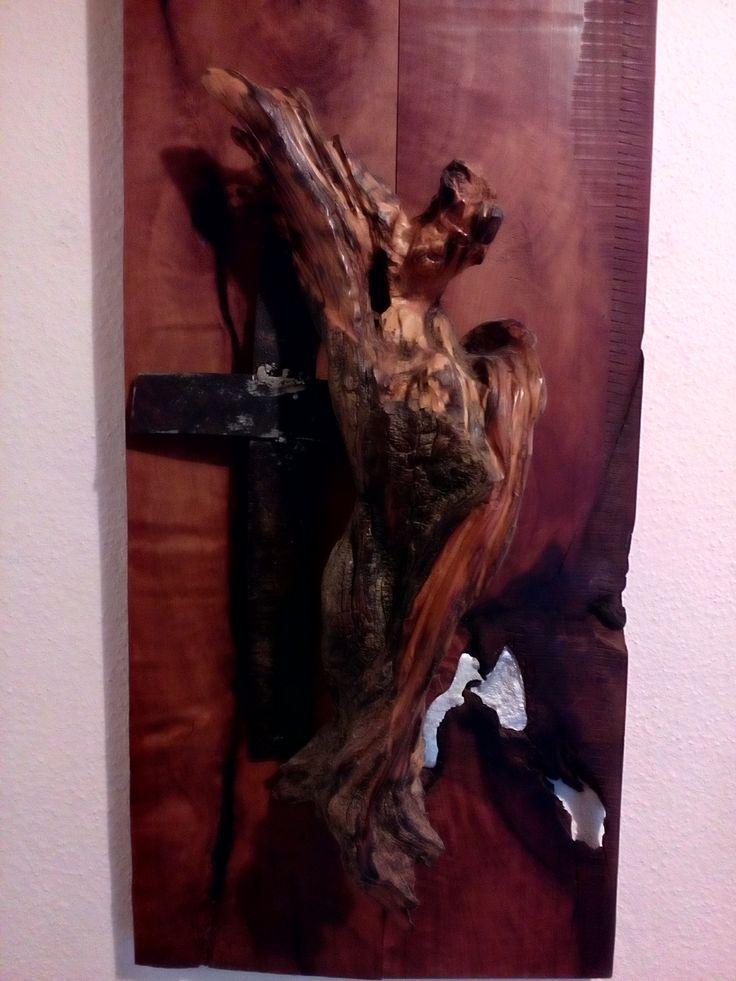 Engel Figur auf französischem  Birnbaum. Das Holz fûr die Figur wurde 2013 in einem Murenabgang in Österreich gefunden.