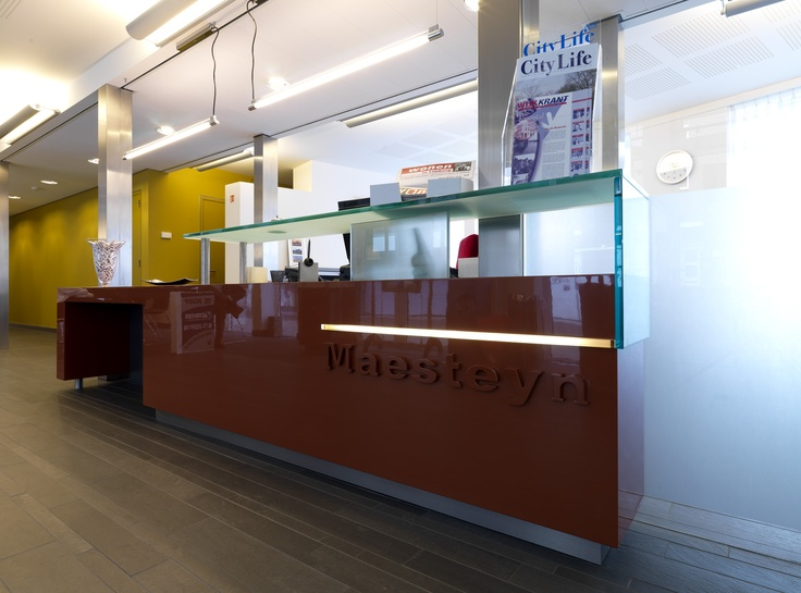 Kantoor van woningstichting WoonWenz. Het kantoor bevat een representatieve entree en presentatieruimte waarin een opvallende ontvangstbalie is ontworpen.