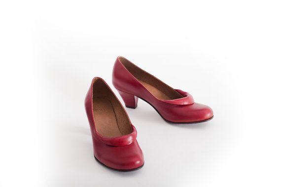 röda skor.  klassiska skor.  höga klackar skor.  eleganta skor.  läderskor.  designers skor.  nu till försäljning 35% rabatt.