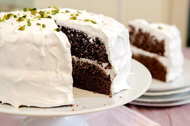 Lyst på sjokoladekake med ny vri. Her får du 6 oppskrifter på sjokoladekake med karamellkrem, marengsglasur, smørkrem og nøttebunn. Nam!