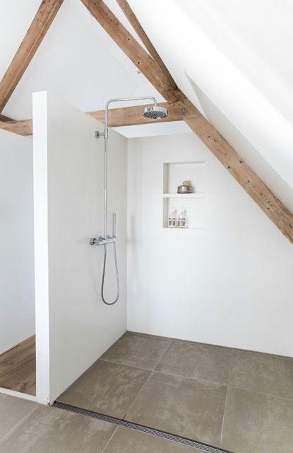 Zolder of andere ruimte verbouwen tot lichte en luxe badkamer #dakraam #daglicht #comfort