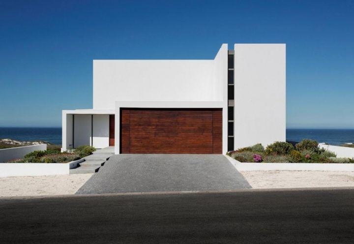 L'ingresso dal lato strada dell'abitazione disegnata dallo studio australiano Gavin Maddock sulla costa sud africana a circa un'ora da CapeTown. L'ispirazione – per volumetrie e colori – viene dalle abitazioni classiche del Mediterraneo