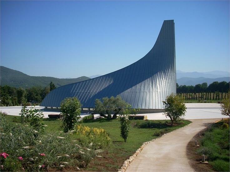 LA CAPPELLA GENTILIZIA DI RIARDO Il design di Pininfarina diventa opera architettonica religiosa e contemporanea in una chiesa nel casertano dove l'acciaio brilla della luce di Dio.