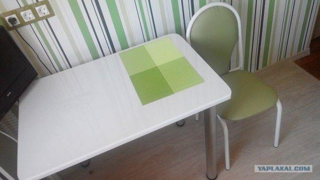 Бело-зеленая обеденная зона и яркие обои в полоску