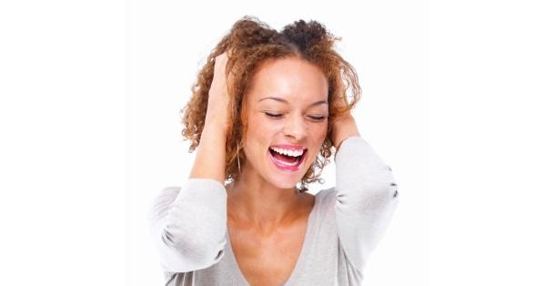 Veneers können viele zahnkosmetische Probleme beheben und werden von Experten als eine gute Lösung angesehen. Bei richtiger Pflege handeln die dünnen Keramikplättchen bis zu 10 Jahre lang.