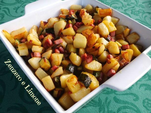 Questa padellata di patate e zucchine è un ricchissimo contorno che può essere considerato, anche, un buon piatto unico vista la presenza del prosciutto.
