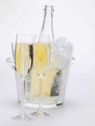 La mejor forma de enfriar el vino es en una cubitera con hielo y agua fría