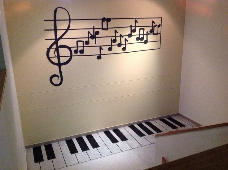 Lee la partitura y toca en el piso