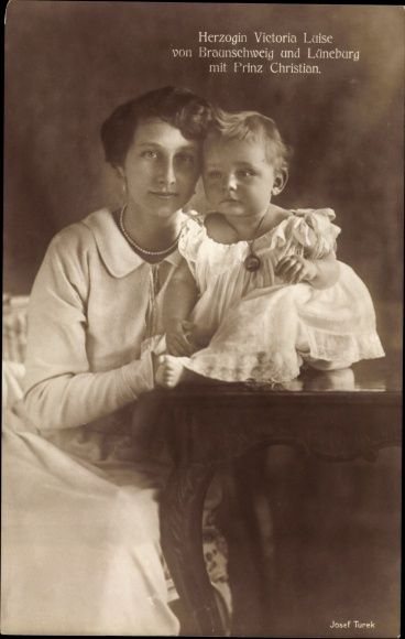 Princesse Victoria Louise de Prusse (1892-1982), et son dernier fils Christian de Hanovre (1919-1981)