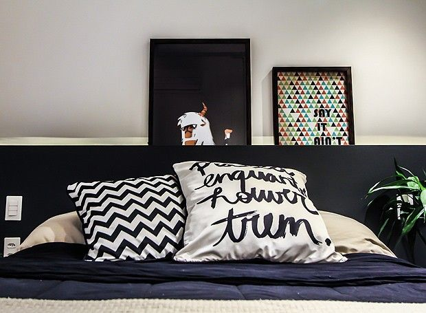 Detalhes do quarto, que tem almofadas divertidas e quadros apenas apoiados na cabeceira! Ideia linda e bem simples de copiar (Foto: Divulgação)