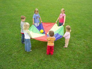 De paraschute is leuk spelmateriaal voor jongere kinderen. Ze kunnen veel spelletjes spelen. Ik zou een kleintje voorzien voor de speelplaats.