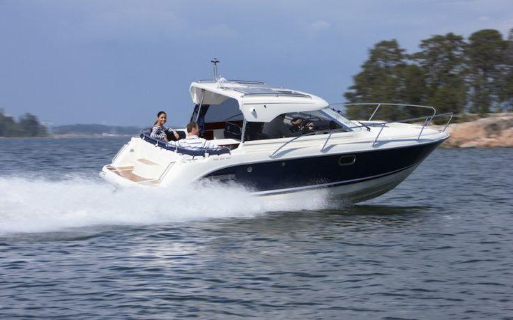 Aquador 23 Hardtop AQUADOR 23 HARDTOP  Aquador 23 HT Führer-, Nebenführersitz, Tisch mit Sitzgelegenheit ,Pantrymöbel mit Kocher und Spülbecken, Toilettenraum mit Toilette und ... Preis: CHF 117.900,-Bodenseezulassung:Ja Jahrgang:2012Breite:2.54 m Angebot:Neuboote, VorführbooteLänge:7.15 m Typ:Sportboot, Daycruiser, Hardtop