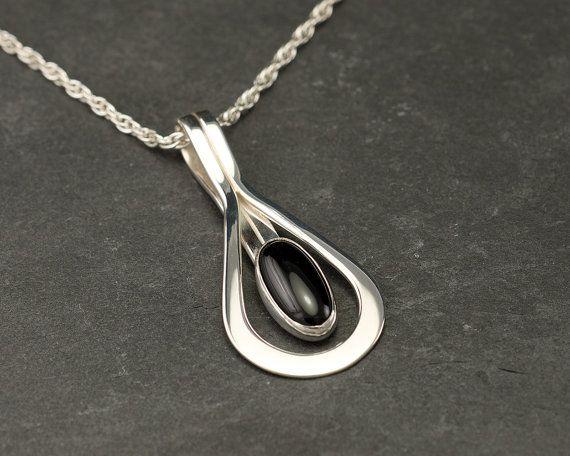 Deze moderne tegenhanger bestaat uit solide argentium sterling zilver. De ketting is ontworpen met een gebogen lijn die een 8x12mm zwarte onyx edelsteen accentueert. Het is een perfecte verklaring stuk hoofden draaien en het oplichten van een outfit voor een speciale gelegenheid. * Deze aanbieding is voor de hanger verkocht alleen zonder een keten (de hanger past de meeste standaard Omega ketens als een tegenhanger van de glijdende) of het kan worden gekocht met een 18 sterling zilveren…