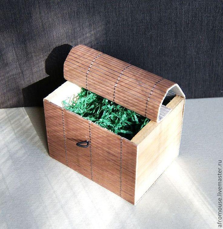 Купить или заказать коробочка для упаковки 'Бамбук 22 ' 100х75х75мм коричневая в интернет-магазине на Ярмарке Мастеров. Коробочка-сундучек для упаковки Ваших изделий и подарков. Или для хранения любимых вещиц. Сделана из бамбука и дерева, закрывается на бусинку на резиночке. Конструкция легкая, но довольно прочная. Отличная упаковка для вещиц в этно, эко стиле. На деревянные торцы или крышку легко можно нанести Ваш логотип или знак. Подойдет для упаковки украшений, косметики…