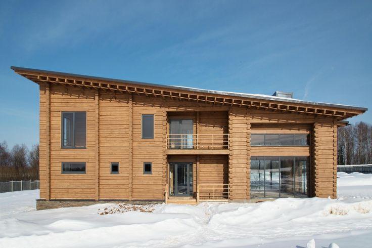Двухэтажный дом с открытыми террасами перекрыт одной плоскостью.